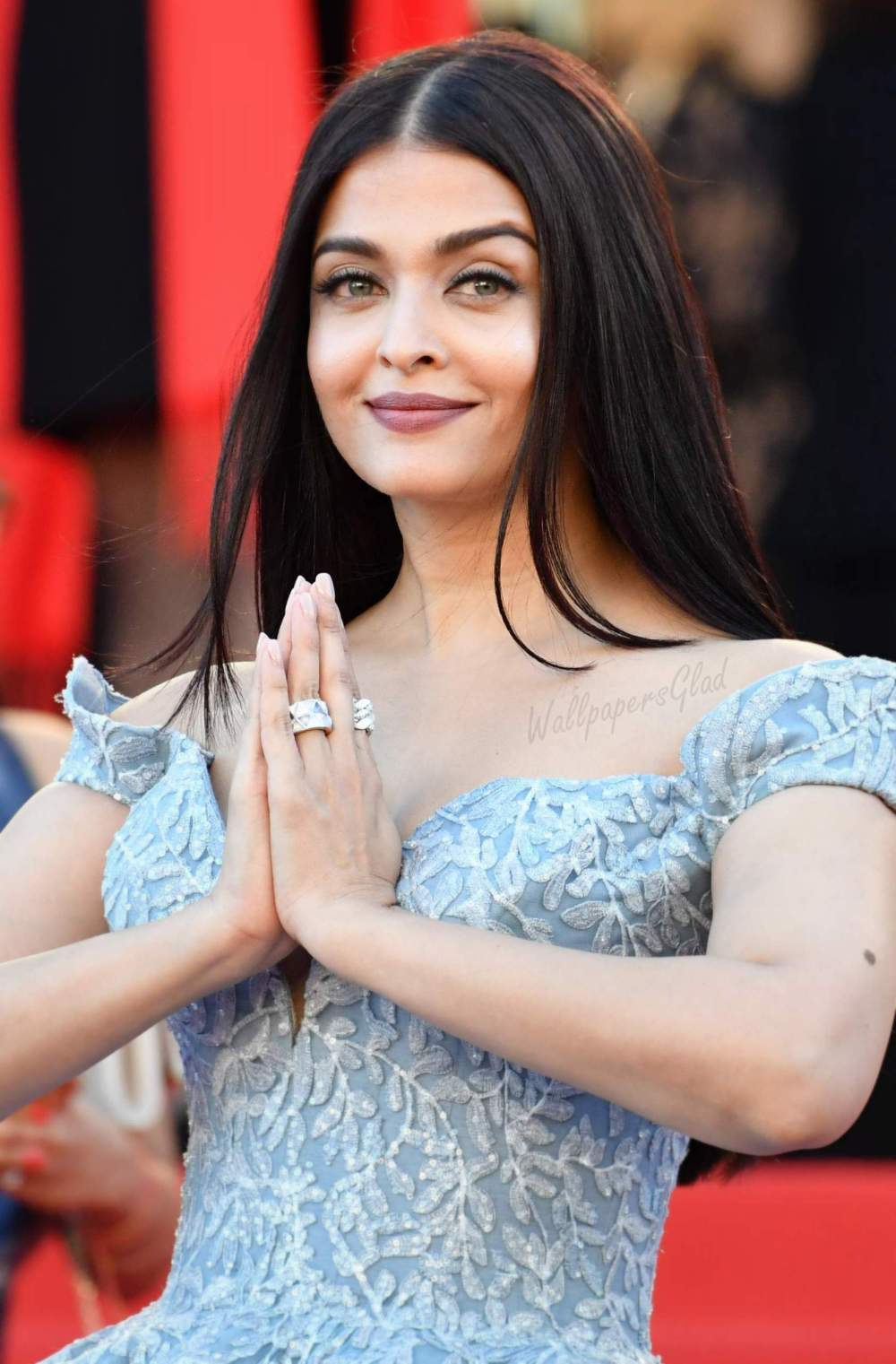 Aishwarya-Rai-Namaste-at-Festival-de-Cannes-2017-Red-Carpet-HD-Image
